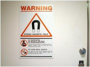 Дверь в кабинет МРТ с предупреждающими надписями о сильном магнитном поле, кабинет мрт, врач мрт, вред мрт, мрт вредно